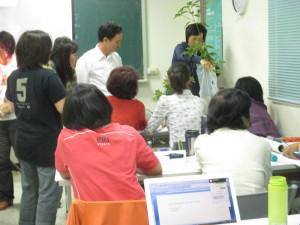 學員們認真的學習牛樟樹的辨識